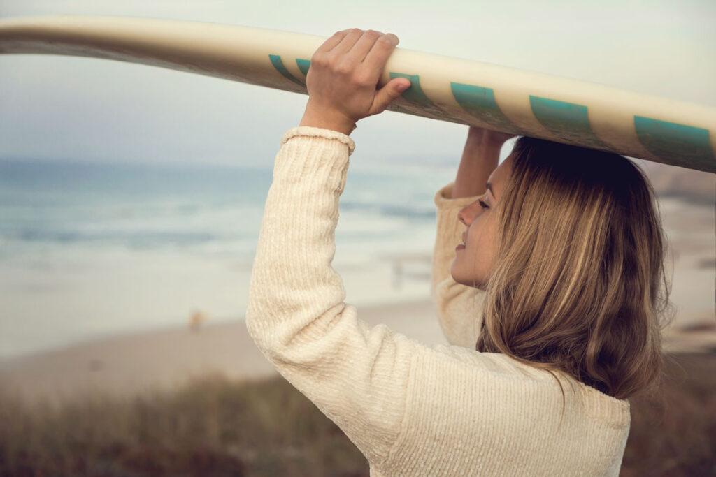 ragazza con tavola da surf